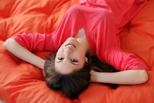 Sensuele jonge vrouw die op een deken droomt