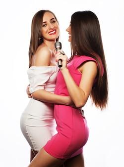 Sensuele meisjes zingen met microfoon