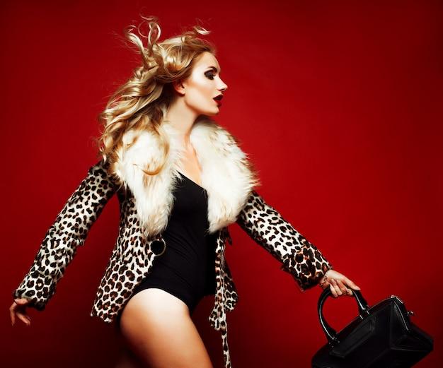 Sensuele mooie blonde vrouw poseren in zwarte lingerie.