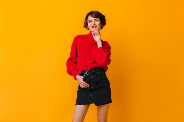 Sensuele vrouw die in rok voorzijde bekijkt