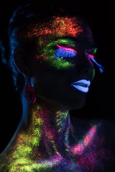 Sensuele vrouw in fluorescerende verf make-up