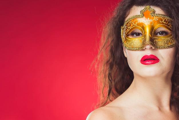 Sensuele vrouw in gouden masker