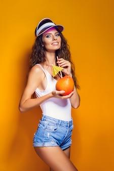 Sensuele vrouw met sappig fruit