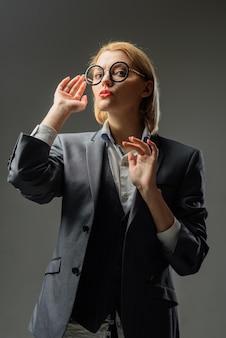 Sensuele zakenvrouw vertrouwen jonge vrouw in kantoorpak zakenvrouw elegante leraar mooi