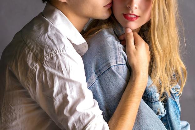 Sentimenteel gelukkig paar in liefde het plakken. jong verliefde paar omhelzen elkaar.