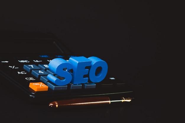 Seo-tekstalfabet voor search engine optimization-concept en kantoorartikelen of kantoorwerk, essentiële gereedschappen of artikelcalculator
