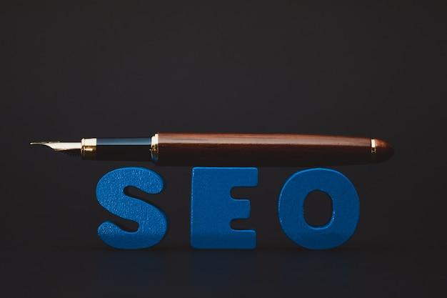Seo-tekstalfabet voor zoekmachineoptimalisatie en pen,
