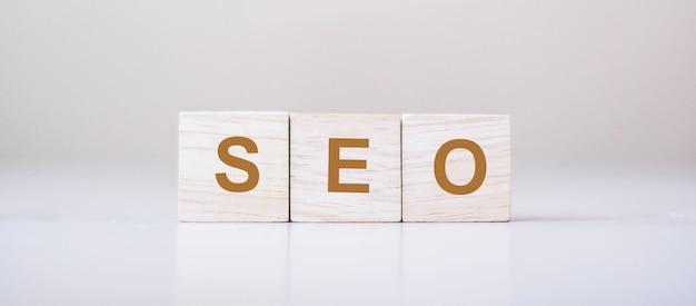 Seo (zoekmachineoptimalisatie) tekst houten kubusblokken op lijstachtergrond