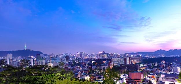 Seoul city bij zonsondergang met bluesky