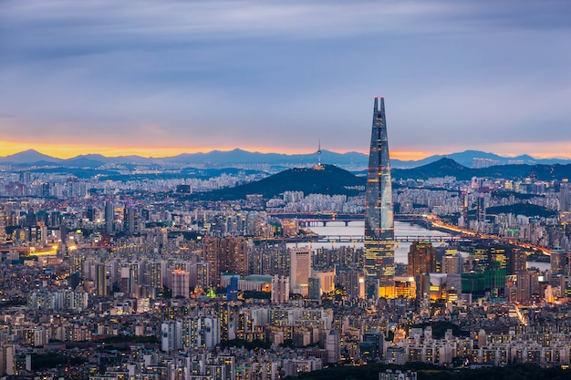 Seoul city skyline en het centrum en wolkenkrabber in de schemering