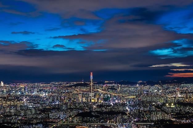 Seoul city skyline en het centrum en wolkenkrabber 's nachts