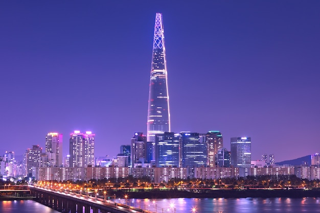 Seoul city skyline op han rivier met toren in seoul zuid-korea