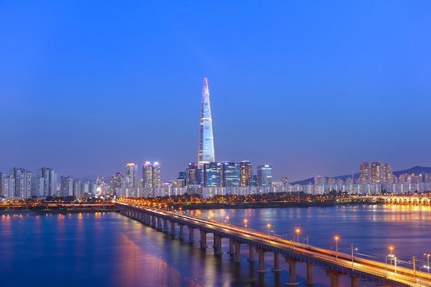 Seoul city skyline 's nachts en hanrier in seoul, zuid-korea
