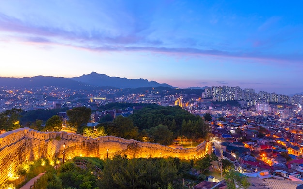 Seoul city skyline sunset locatie in naksan park met oude muren in seoul, zuid-korea