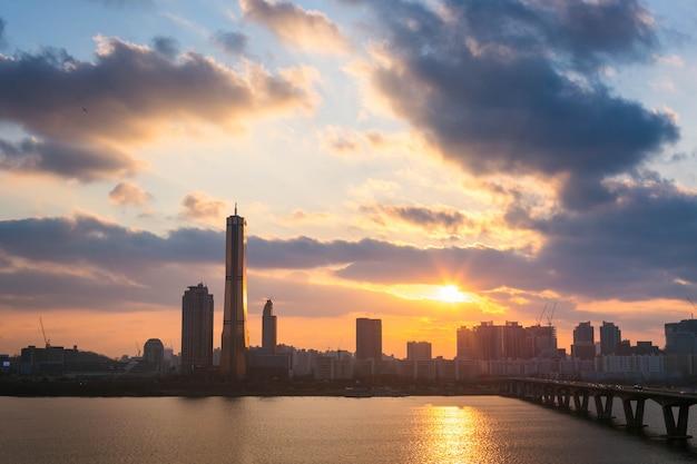 Seoul stad en wolkenkrabbers bij zonsondergang