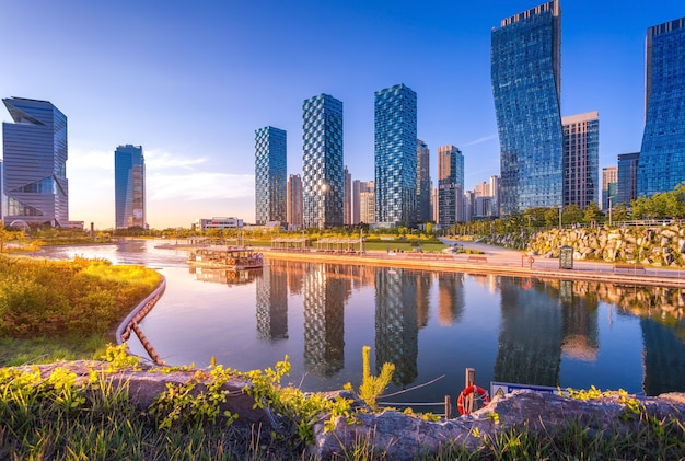 Seoul stad met mooi na zonsondergang, central park in songdo international business district