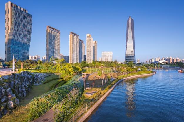 Seoul stad met prachtige zonsondergang, central park in songdo international business district, incheon zuid-korea.