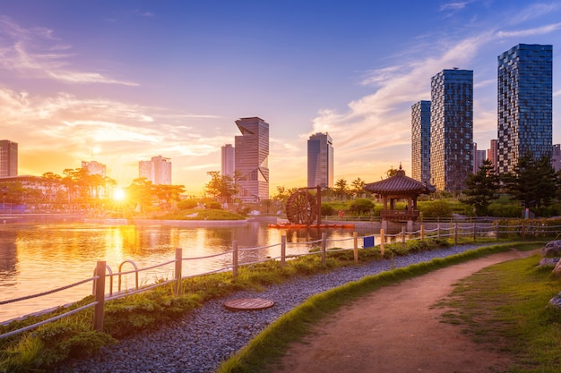 Seoul stad met prachtige zonsondergang, central park in songdo international business district