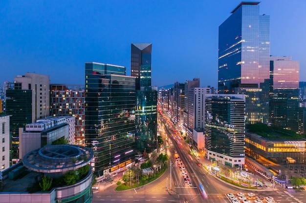 Seoul stad skyling en wolkenkrabber en verkeer op niaht kruispunt in gangnam, zuid-korea.