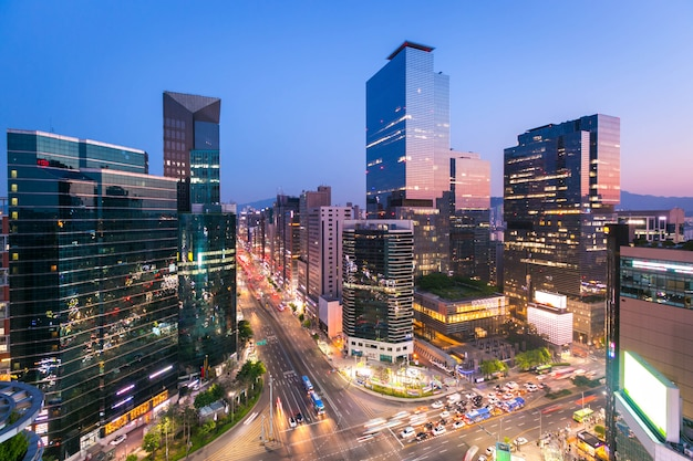 Seoul stad skyling en wolkenkrabber en verkeer 's nachts kruispunt in gangnam, zuid-korea.