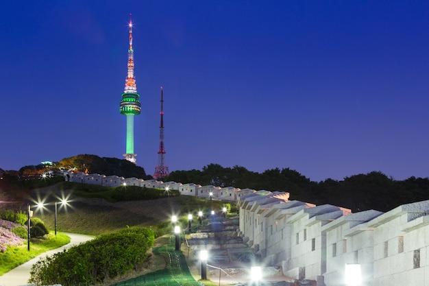Seoul-toren bij nachtmening en oude muur met licht, zuid-korea.