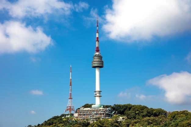 Seoul-toren gelegen op de namsan-berg in seoul, zuid-korea.