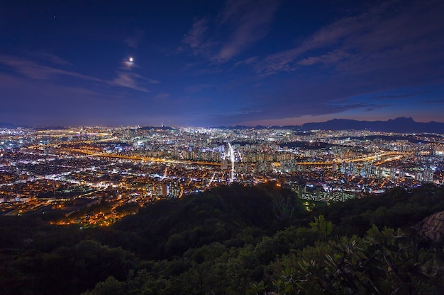 Seoul tower en downtown skyline in seoul, zuid-korea