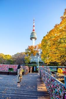 Seoul tower met blauwe hemel in de herfst zuid-korea