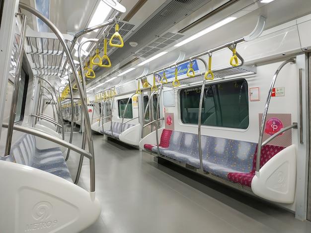 Seoul, zuid-korea - 22 maart 2019: inside the train at the underground seoul subway line 9