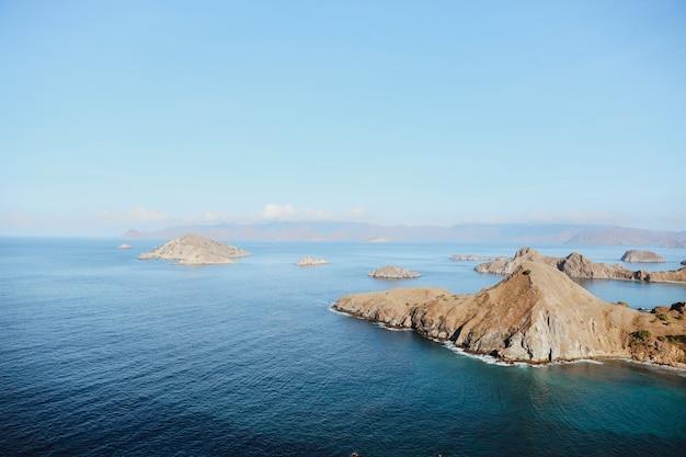 Sereen uitzicht op zee vanaf de top van de heuvel op het eiland padar