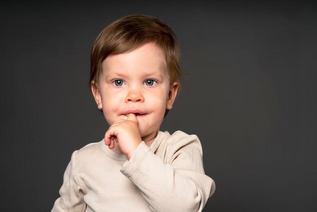 Serieus klein meisje verrast verloor de emotie van angst in de tranen van een baby kind in op een solide zo...