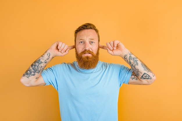 Serieuze man met baard en tatoeage wil niet horen