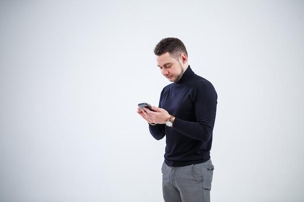 Serieuze man zakenman in zwarte kleding ontdekt belangrijke vragen via de telefoon. werkdag concept