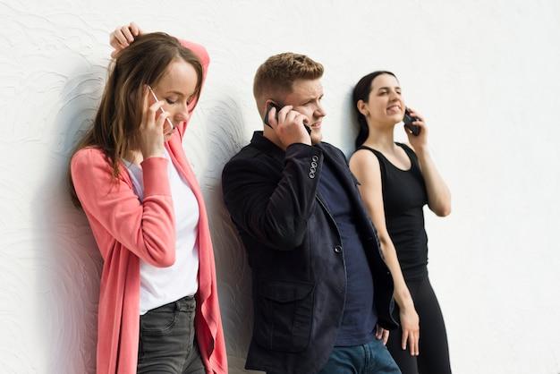 Serieuze mensen praten op mobiel