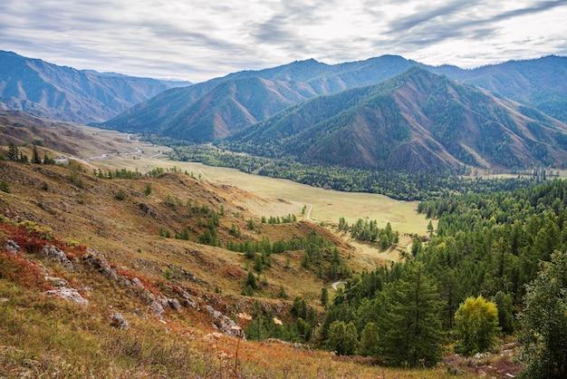 Serpentine bergweg uitzicht op chuysky-darmkanaal van de chiketaman-pas altai-gebergte rusland