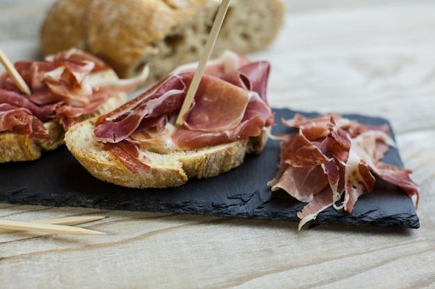 Serranohamvoorgerecht met geroosterd brood