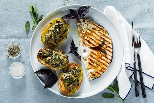 Serveer met gebakken champignonaardappelen en zwaardvisbiefstuk. gezonde lunch of diner voor het gezin