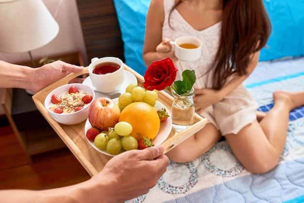 Serveer ontbijt op bed