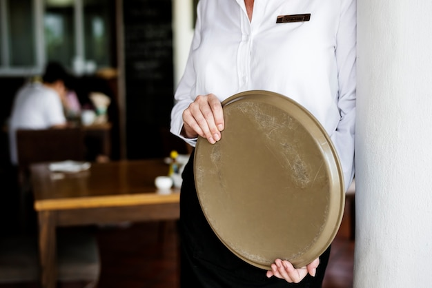 Serveerster die in een hotelrestaurant werkt