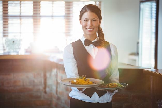 Serveerster houdt gerechten