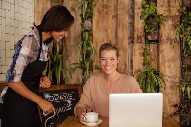 Serveerster interactie met klant