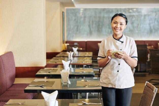 Serveerster met blocnote bij restaurant