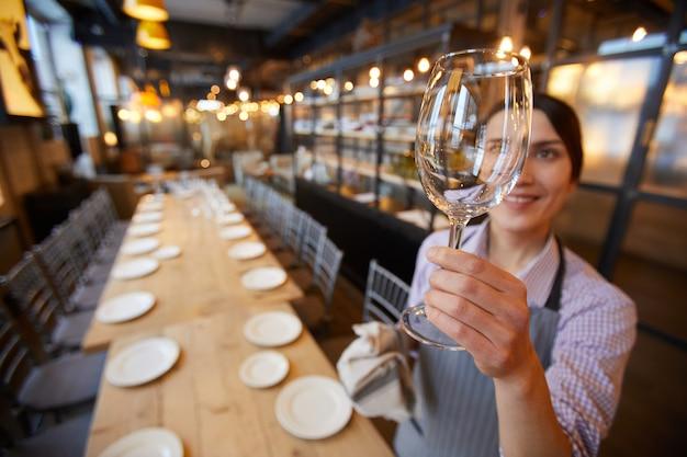 Serveerster met schoon glas
