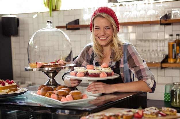 Serveerster poseren met gebak