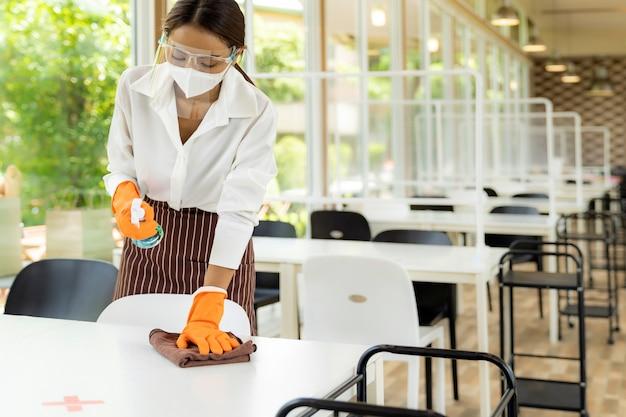 Serveerster schoonmakende lijst, nieuw normaal restaurantconcept