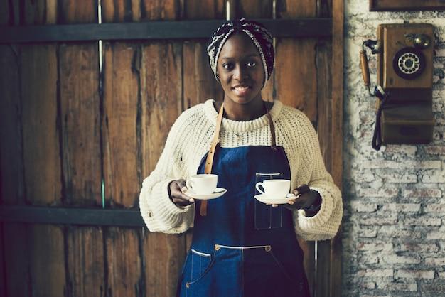 Serveerster serveert twee kopjes koffie