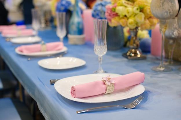 Serveertafel voorbereid voor evenement feest of bruiloft