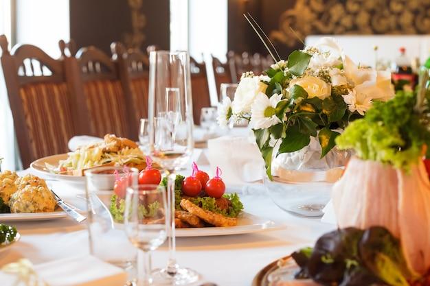 Serveertafel voorbereid voor evenementfeest of bruiloft