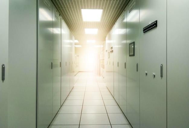 Server controlekamer met flare licht Premium Foto