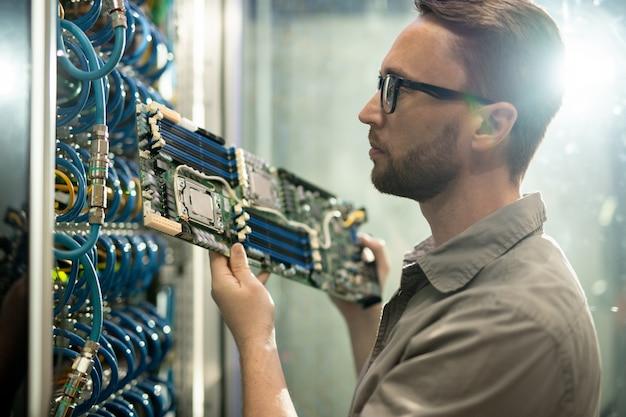 Server installatie specialist werken in datacenter kamer